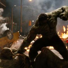 Blonsky siendo golpeado por Hulk.