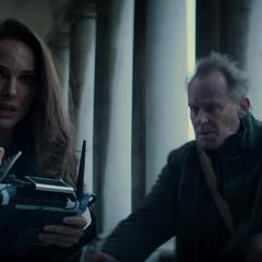 Foster y Selvig huyen de los Elfos Oscuros.