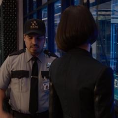 Luis se reune con van Dyne durante la misión.