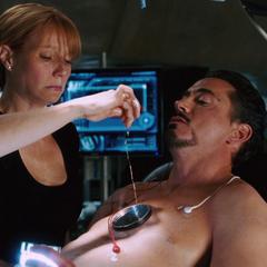 Potts le ayuda a Stark con su Reactor Arc.