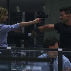 Carter a punto de ser atacada por Rumlow.