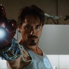 Stark pone a prueba los guantes de la armadura.
