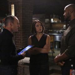 Johnson, Coulson y Mackenzie hablan sobre la situación de Campbell.