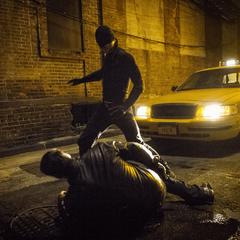 Murdock cuestiona a un mafioso Ruso.
