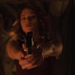 Romanoff apunta a Banner con un arma.