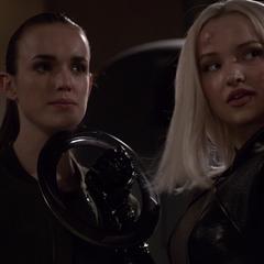 Ruby amenaza con cortar el cuello de Simmons.