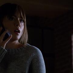 Skye responde la llamada de Ward.