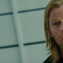 Thor se informa por Loki sobre el aparente fallecimiento de Odín.