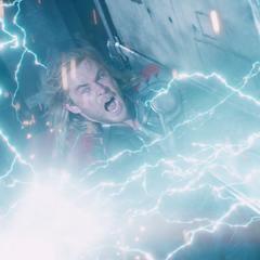 Thor usa el poder del Mjolnir para eliminar a los Chitauri.