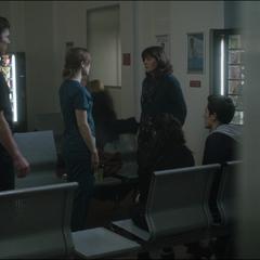 Palmer habla con la familia del paciente.