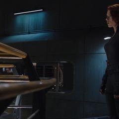 Romanoff se acerca a la celda de Loki.