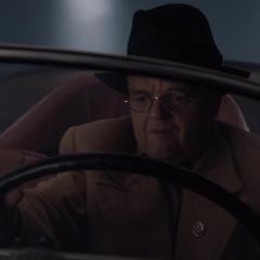 Zola escapa en al auto de Schmidt.