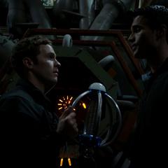 Fitz desactiva el dispositovo Overkill.