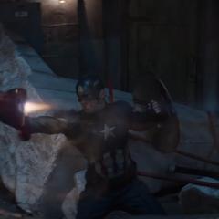 Rogers sostiene a Stark.