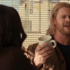 Thor pide otra taza para tomar.