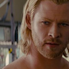 Thor recibe ropa nueva por Foster.