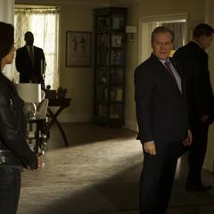 Ellis llega a la casa de Price.
