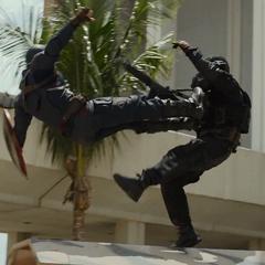 Rogers lucha contra los mercenarios.