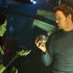 Gamora le pide el Orbe a Quill.
