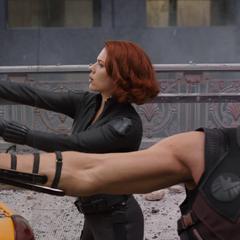 Romanoff y Barton enfrentan a los Chitauri.