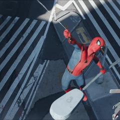 Parker en un intento por rescatar a Strange con su telaraña.