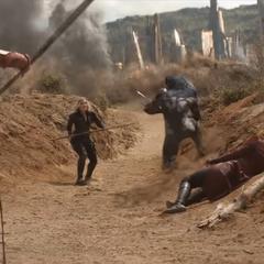 Romanoff y Okoye ayudan a Wanda.