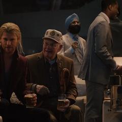 Thor le cuenta sus aventuras a los invitados de la fiesta.