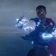Thor utiliza sus poderes de trueno contra los Berserkers.