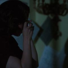 Carter infiltrada en la habitación de Cully.