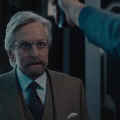 Pym es amenazado por Cross.