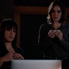 Skye y Simmons hablan de la rutina temprana de Ward.