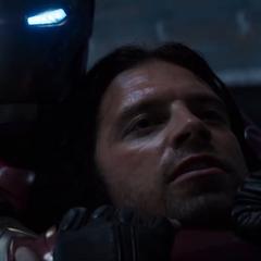 Barnes es atrapado por Stark en combate.