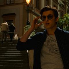 Parker le pide a E.D.I.T.H. que consiga boletos para la ópera.