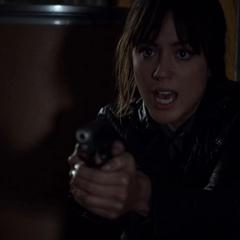 Skye amenaza con dispararle a Coulson.