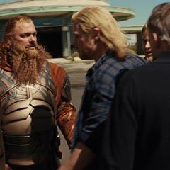 Volstagg discute el plan con Thor.