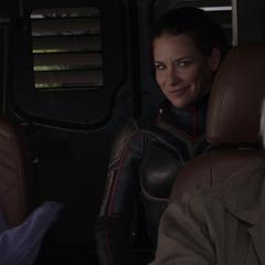 Pym recoge a Lang y Hope tras recuperar el traje original de Ant-Man.