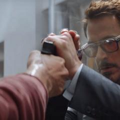 Stark cubre el arma de fuego de Barnes.