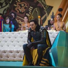 Loki viendo la pelea entre Thor y Hulk.