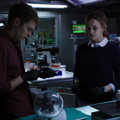 Fitz ayuda a Simmons a buscar una cura.