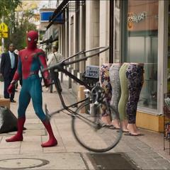 Parker tras colgar a un ladrón de bicicletas con su telaraña.