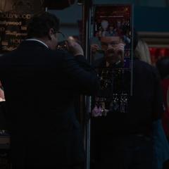 Hogan espía a Savin en el Teatro Chino.