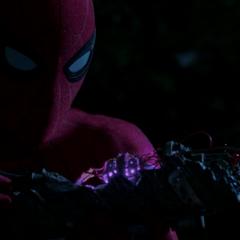 Parker descubre el núcleo Chitauri del cañón láser.