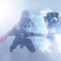 Thor lanza un ataque del Rompetormentas contra Thanos.