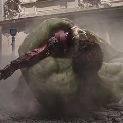 Hulk tras rescatar a Stark de estrellarse contra el suelo.