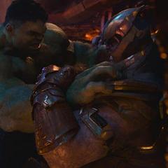 Hulk intenta someter a Thanos.