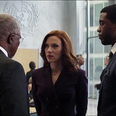 Romanoff se reúne con T'Chaka y T'Challa.
