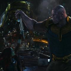 Gamora ataca directamente a Thanos.