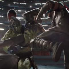 Hulk ataca a Thor con su hacha.