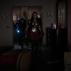 Sif busca a Lorelei y Ward en la suite del hotel.