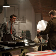 Stark le enseña a Rogers la composición del escudo de Vibranio.